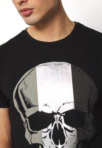 Volé la lumière - MULTI SKULL TSHIRT - T-shirt print - black - 4