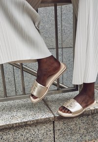 Tory Burch - DOUBLE T SPORT SLIDE - Mules - spark gold/cream - 2