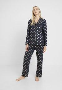 Chelsea Peers - BEE LONG SET - Pyžamová sada - navy/gold - 1