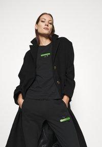Calvin Klein Jeans - LOGO BADGE JOGGER - Joggebukse - black - 3