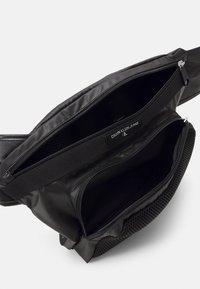 Calvin Klein Jeans - TRIANGLE SLING - Ledvinka - black - 3