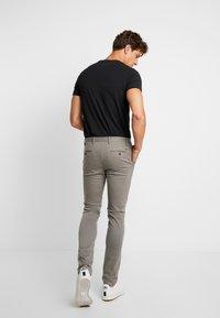 Tommy Hilfiger - BLEECKER FLEX  - Pantalon classique - grey - 2