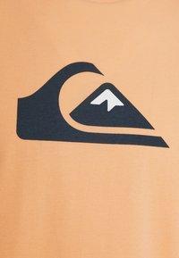 Quiksilver - COMP LOGO  - Print T-shirt - apricot - 2