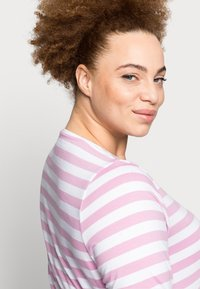 Pieces Curve - PCRIA NEW TEE - Long sleeved top - bright white/pastel lavender - 4
