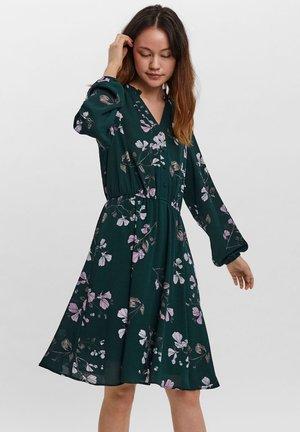 COURTES - Day dress - vert