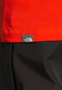 The North Face - MENS SIMPLE DOME TEE - T-shirt basic - fiery red - 4