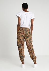 Desigual - PANT CLARIS - Trousers - green - 2
