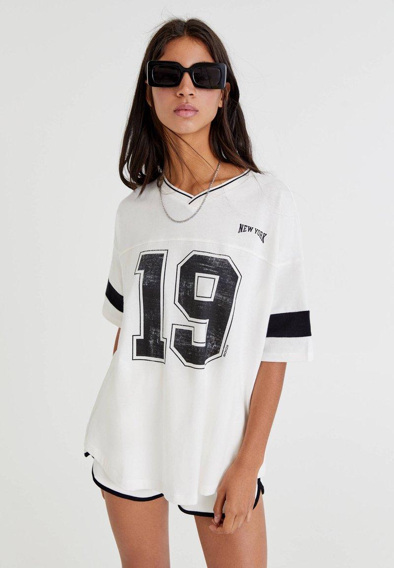 PULL&BEAR - OVERSIZE IM COLLEGE STIL - Print T-shirt - white