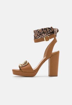 HEBE  - Sandály na platformě - tan