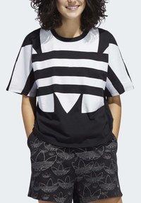 adidas Originals - LARGE LOGO T-SHIRT - Print T-shirt - black - 4