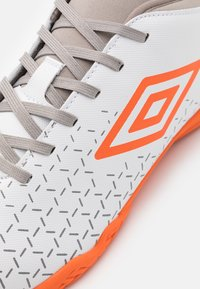 Umbro - VELOCITA V CLUB IC - Indoor football boots - white/carrot/frost gray - 5