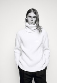 GCDS - TURTLENECK SWEATER - Jumper - white - 4