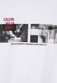 Calvin Klein Jeans - PHOTO TEE UNISEX - T-shirt con stampa - bright white - 5
