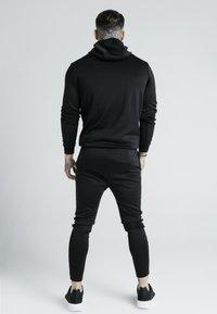 SIKSILK - X DANI ALVES MUSCLE FIT OVERHEAD HOODIE - Hoodie - black/gold - 2
