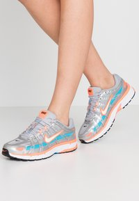 Nike Sportswear - P-6000 - Sneakers - metallic silver/white/hyper crimson/blue fury/black - 0