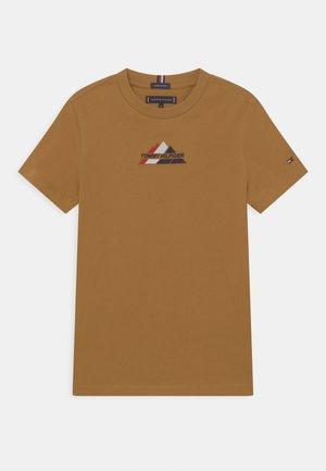 MOUNTAIN LOGO TEE - T-shirts med print - vintage brass
