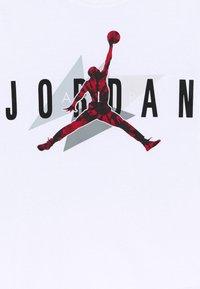 Jordan - AIR CARMINE GEO TEE UNISEX - Print T-shirt - white - 2