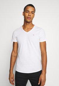 Tommy Jeans - SLIM JASPE V NECK - Jednoduché triko - white - 0