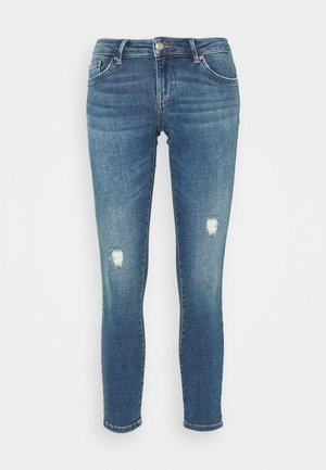ONLCORAL LIFE SUPERLOW - Skinny džíny - medium blue denim