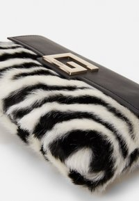 Guess - BRIGHTSIDE SHOULDER BAG - Handbag - zebra - 4