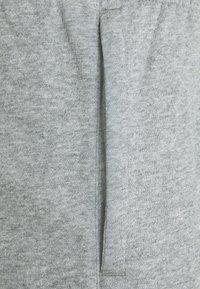 Nike Sportswear - CLUB CARGO - Teplákové kalhoty - dark grey heather - 5
