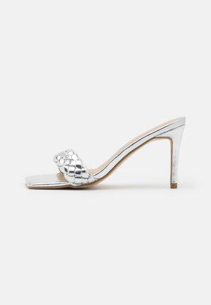 BRAIDED SQUARE TOE MID HEEL MULE - Sandalias - silver