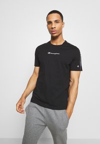 Champion - LEGACY TAPE CREWNECK - Print T-shirt - black - 0
