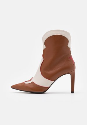 High heeled ankle boots - red/offwhite