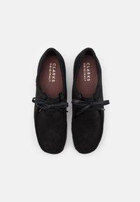 Clarks Originals - WALLABEE - Zapatos con cordones - black - 3