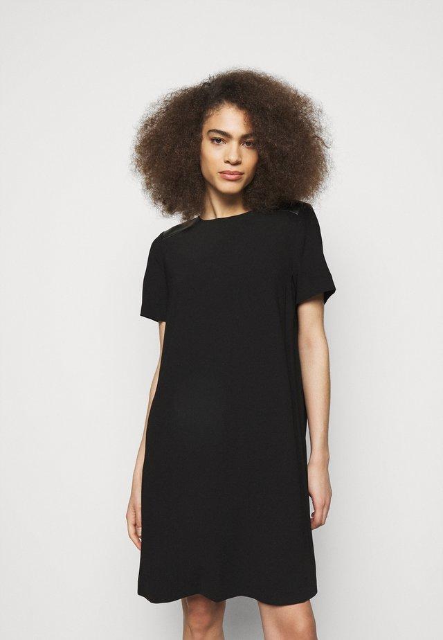 DRESS PLEATED BACK - Sukienka koktajlowa - black