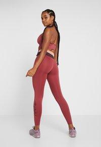 Nike Performance - Legginsy - cedar/pink quartz/mahogany/white - 2