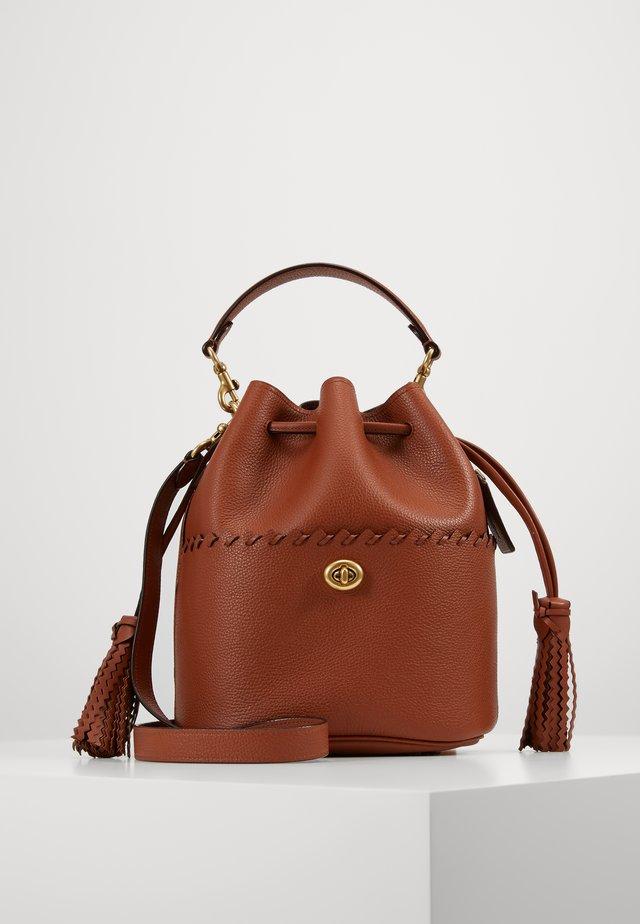 WHIPSTITCH DETAILS LORA BUCKET BAG - Håndtasker - saddle