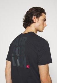 Jordan - CREW - Print T-shirt - black/gym red - 3