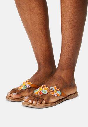 Sandalias de dedo - tan