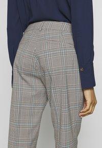 WEEKEND MaxMara - CINGHIA - Trousers - galles bianco/nero/marrone - 5