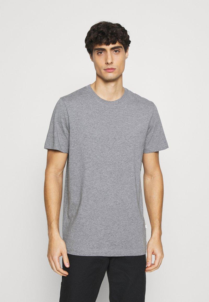 Selected Homme - SLHNORMAN O NECK TEE  - T-shirt basique - medium grey melange