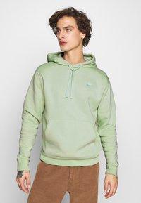 Nike Sportswear - CLUB HOODIE - Luvtröja - pistachio frost - 0