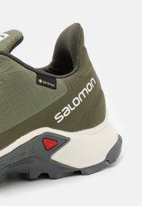 Salomon - ALPHACROSS 3 GTX - Trail running shoes - deep lichen green/vanilla/quiet shade - 5
