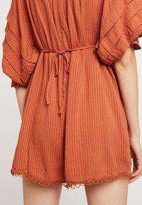 Lost Ink - PLAYSUIT WITH FRILL DETAIL - Overal - rust - 3