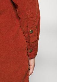 Lee Plus - WORKSHIRT DRESS - Paitamekko - red ochre - 6