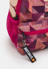 Nike Sportswear - BRASILIA UNISEX - Batoh - fireberry/crimson tint - 3