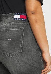 Tommy Jeans Curve - MOM JEAN - Relaxed fit jeans - tova grey com - 3