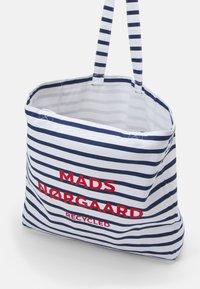 Mads Nørgaard - PRINT BOUTIQUE ATHENE - Shoppingväska - off white/navy - 2