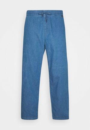 COUCH SURFER PANT - Kalhoty - washed indigo