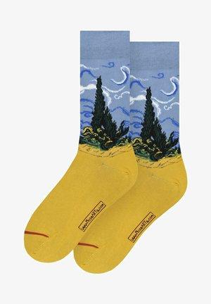 VINCENT VAN GOGH: WHEATFIELD WITH CYPRESS - Sokken - multi coloured