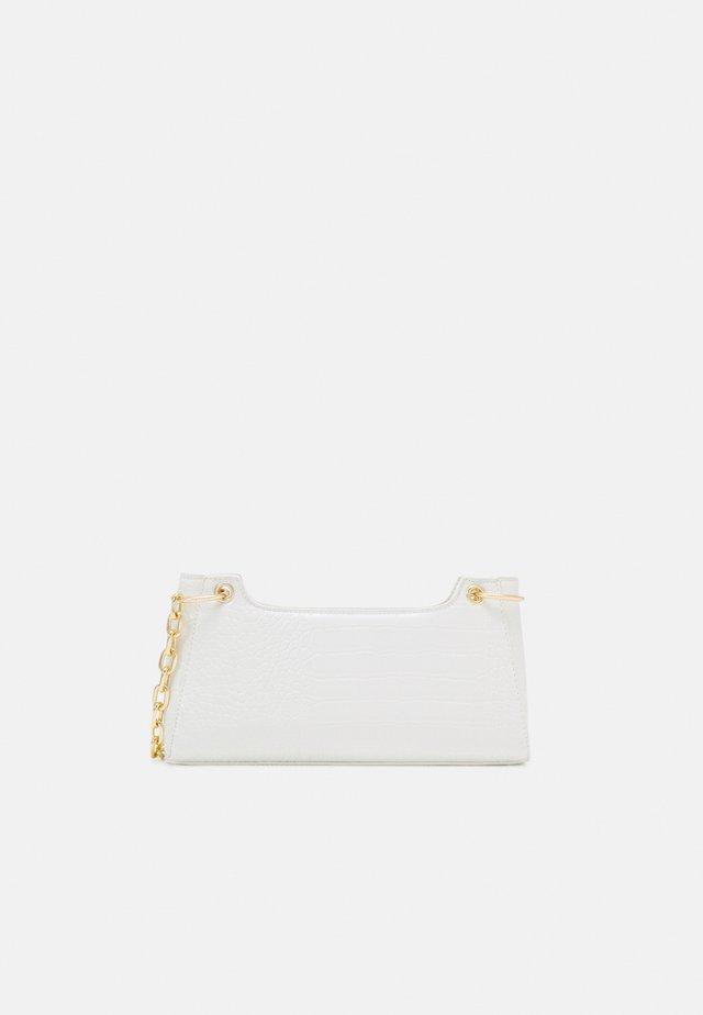 PCMICHELLE SHOULDER BAG - Kabelka - bright white/gold-coloured