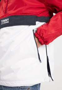 Tommy Jeans - COLORBLOCK POPOVER - Light jacket - red - 5
