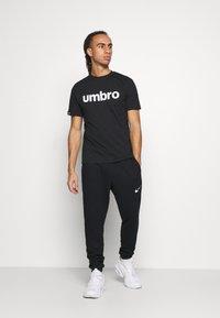 Umbro - LINEAR LOGO GRAPHIC TEE - Print T-shirt - black - 1