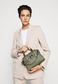 MICHAEL Michael Kors - CARMENXS FLAP - Handbag - army green - 0