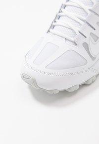 Nike Performance - REAX 8 TR - Zapatillas de entrenamiento - white/pure platinum - 5